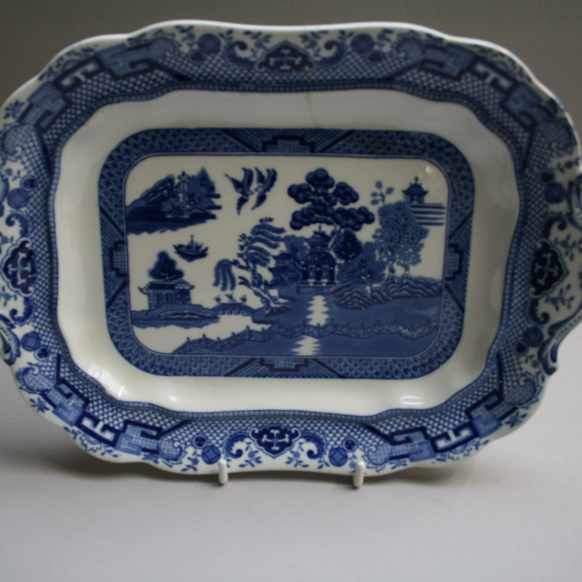 rectangular blue and white serving dish in the willow pattern/williamsantiques