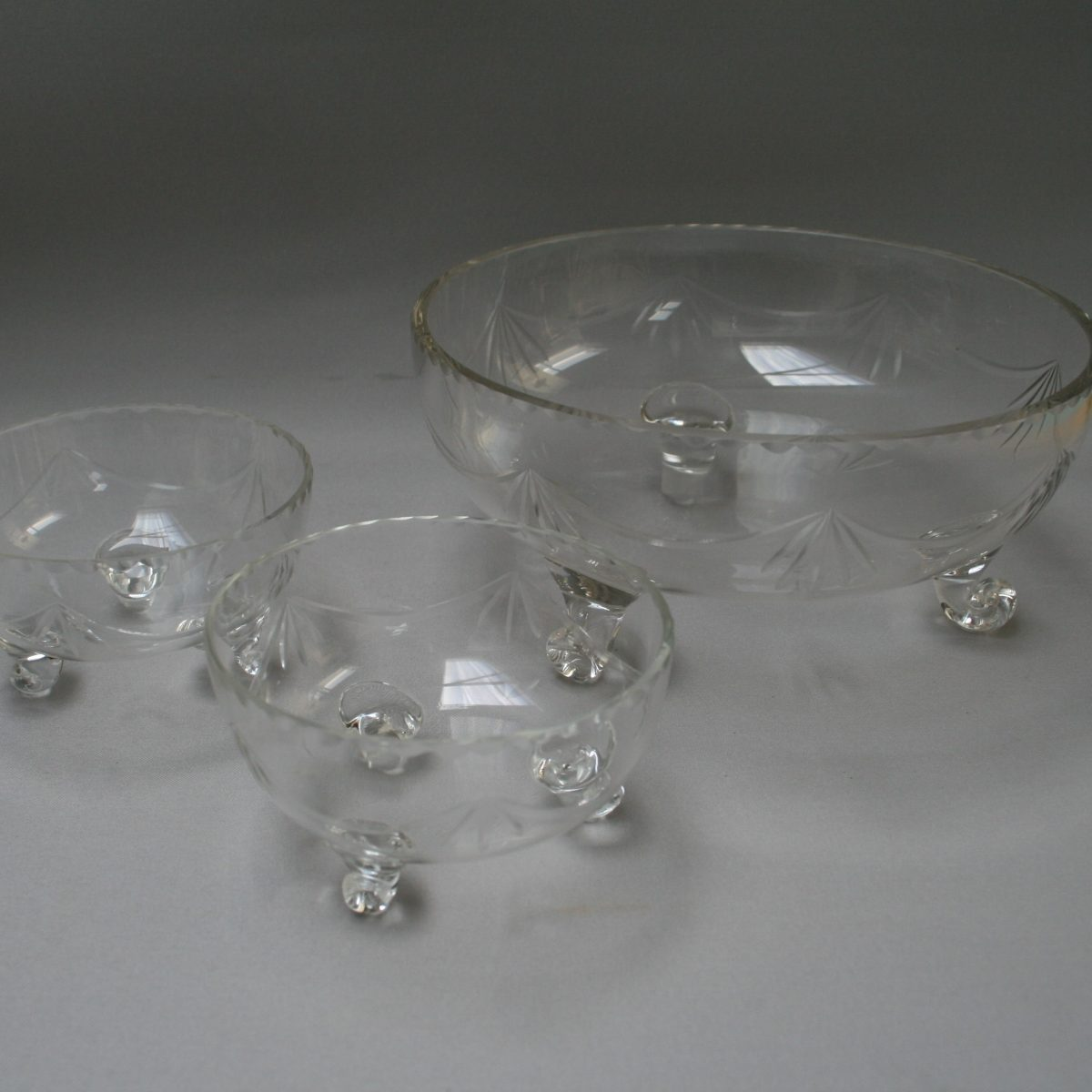 glass serving dish with 2 matching dessert bowls/williamsantiques