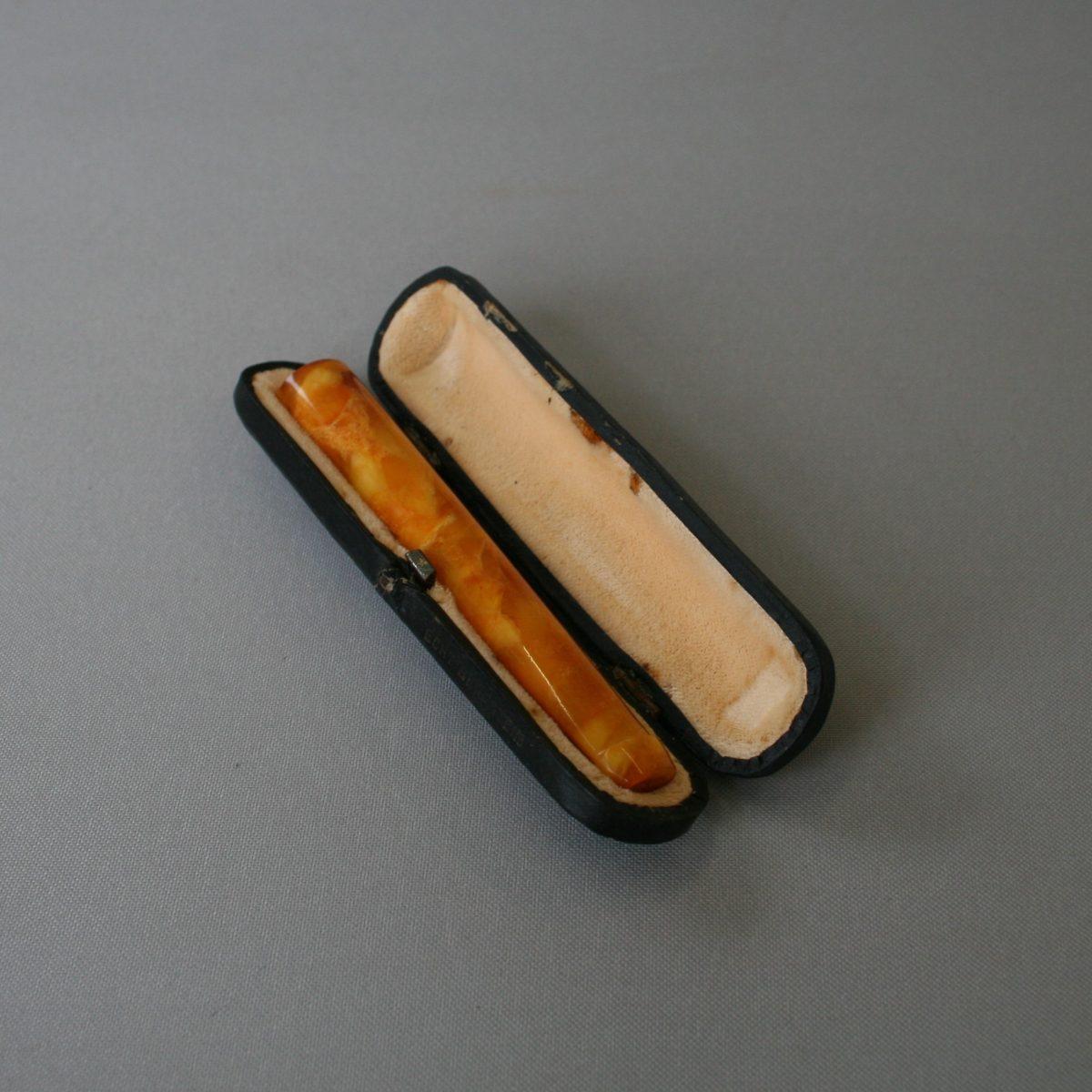 amber coloured cigarette holder/williamsantiques