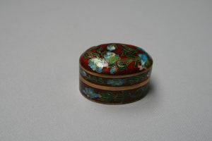 An oval cloisonne trinket box/williamsantiques