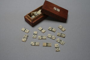 miniature travelling dominoes/williamsantiques
