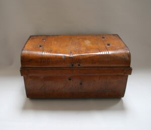 tin travelling trunk with faux wood paintwork/williamsantiques